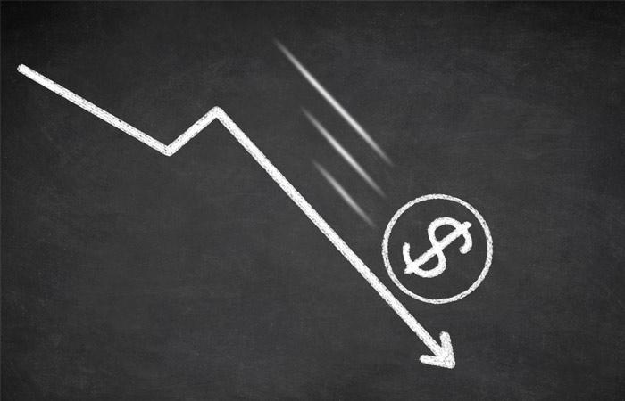Курс доллара упал ниже 58 рублей впервые с июля 2015 года