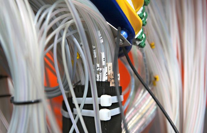 Власти Москвы пообещали начать демонтаж кабелей связи на крышах домов в САО
