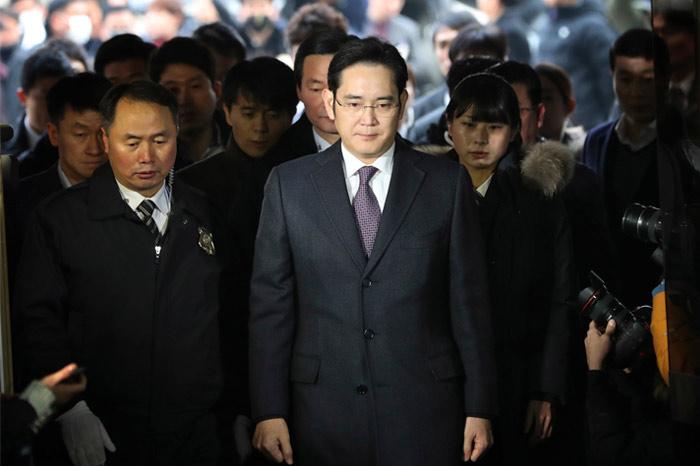 Фактический глава Samsung арестован по делу о коррупции