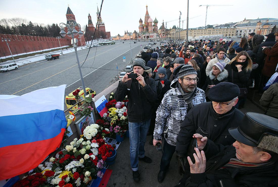 Активисты возложили цветы на место гибели Немцова