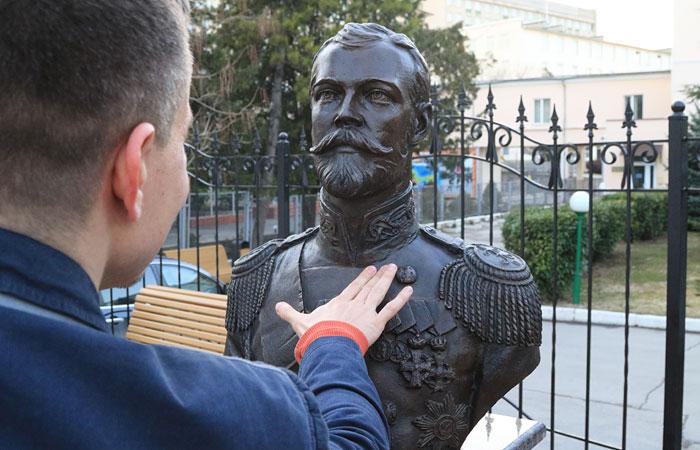 В церкви осудили насмешки над новостью о мироточении бюста Николая II