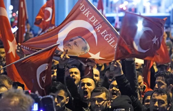 Власти Турции заблокировали проходы вздания диппредставительств Нидерландов