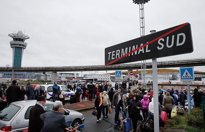 В парижском аэропорту приостановили воздушное движение после стрельбы