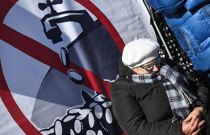 Митинг против роста тарифов натепло иводу прошел вцентре Новосибирска