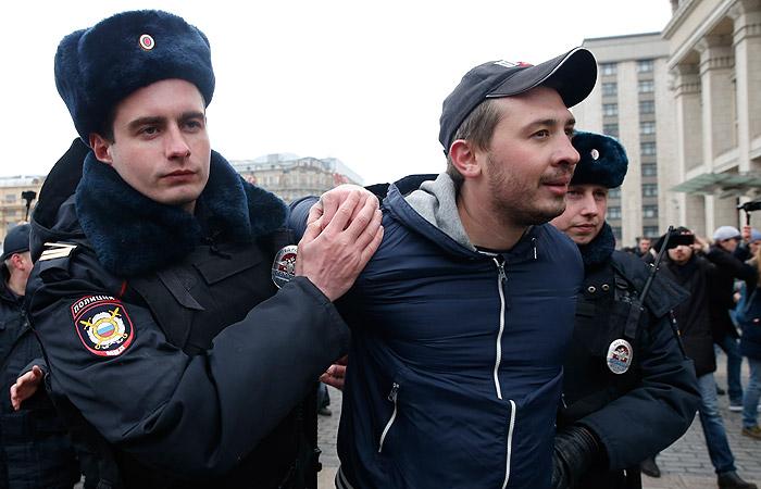 Более 40 участников несанкционированной акции в Москве препроводили в автобусы полиции