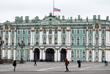 Приспущенный флаг на здании Государственного Эрмитажа в Санкт-Петербурге
