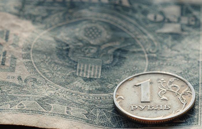 """Макропрогнозом по рублю: Минэкономразвития пообещало ослабление курса до """"модельного уровня"""""""