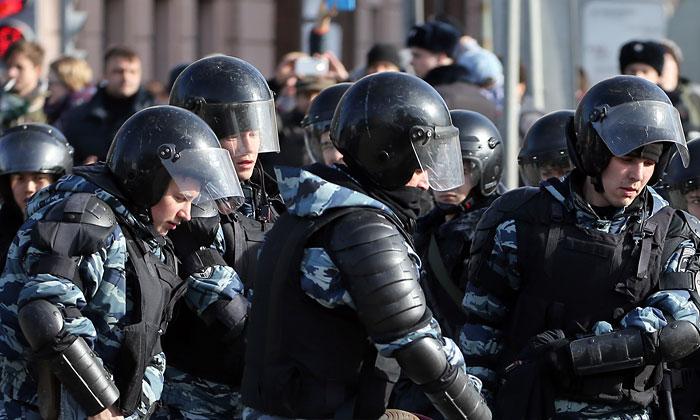 Четырех участников акции протеста в Москве обвинили в насилии против полицейских