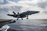 """Истребитель с авианосца ВМС США """"Карл Винсон"""" упал в море во время полета"""
