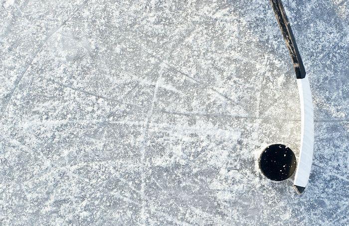 Сборная Российской Федерации похоккею вовертайме уступила Финляндии вполуфинале ЮЧМ