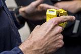 Сенаторы предложили разрешить транспортным полицейским применять электрошокеры