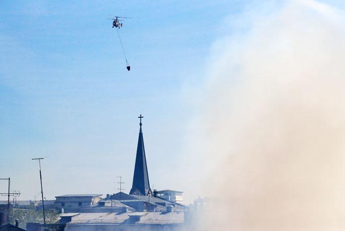 Мощный пожар вцентре столицы тушили два вертолета