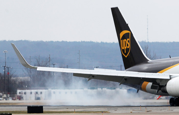 В США грузовой самолет съехал с посадочной полосы и упал с обрыва