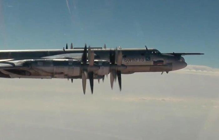 Российские стратегические ракетоносцы пролетели в районе Аляски