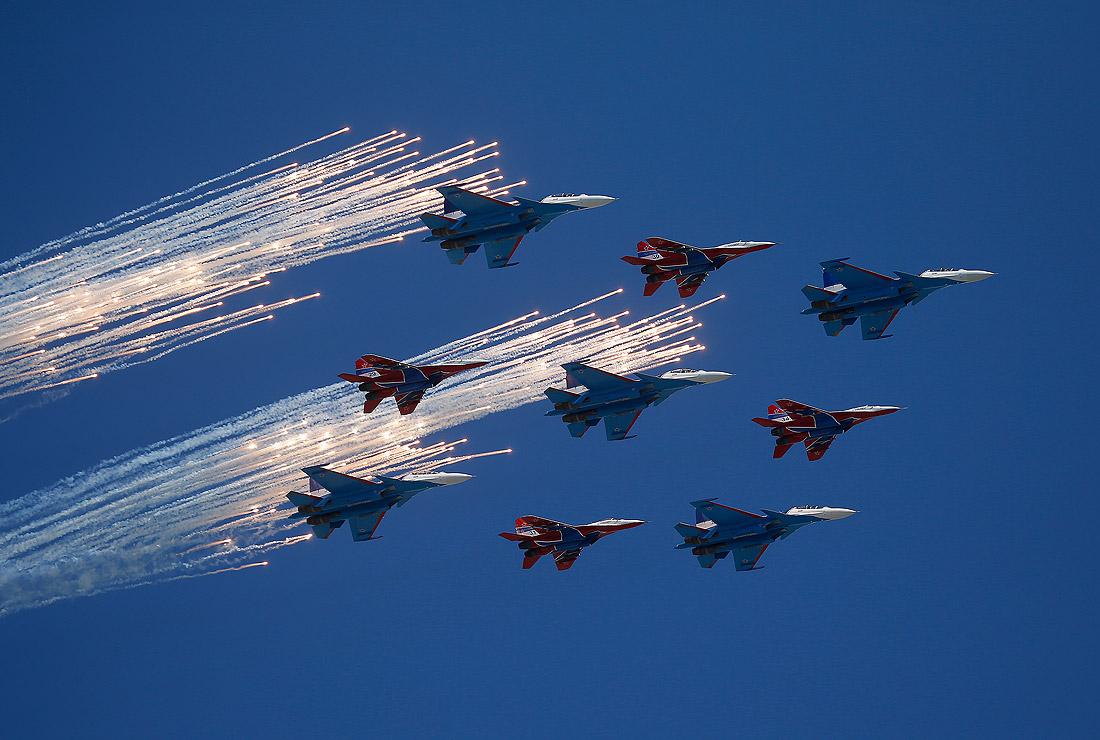 """Истребители МиГ-29 (""""Стрижи"""") и Су-30 (""""Русские Витязи"""")"""