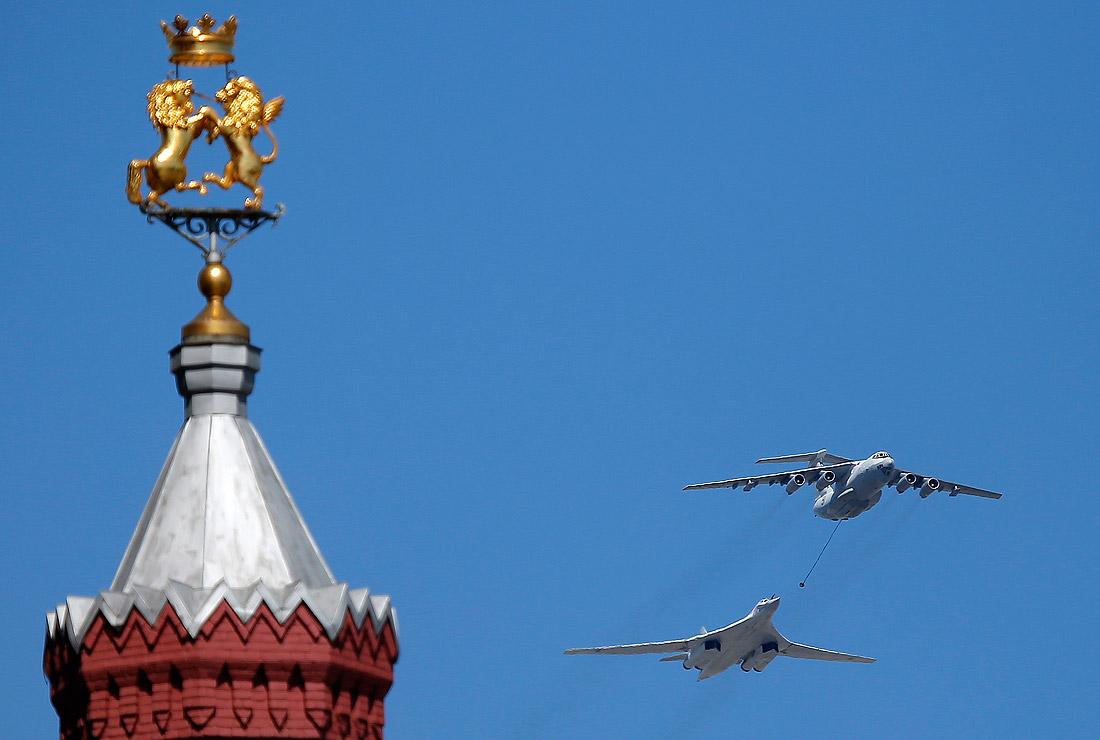 Самолет-заправщик Ил-78 и стратегический бомбардировщик-ракетоносец Ту-160