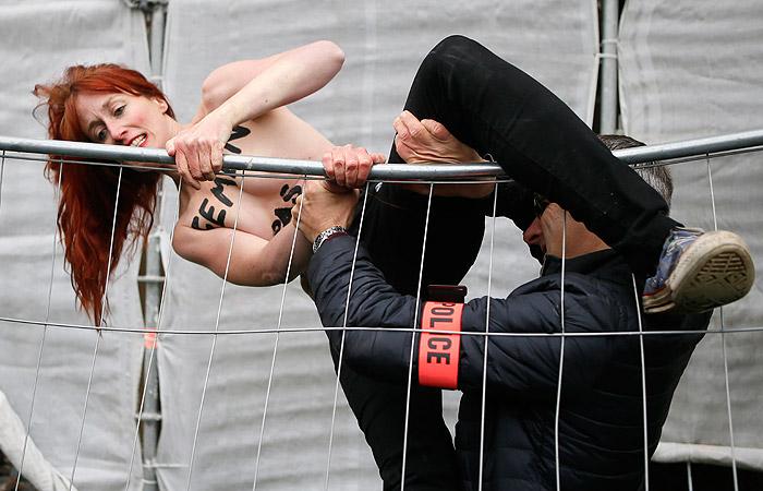 Активистки FEMEN развернули плакат у участка в ожидании Марин Ле Пен
