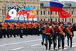 Знаменные группы батальона почетного караула 154-го отдельного комендантского Преображенского полка выносят на Красную площадь государственный флаг РФ и знамя Победы 1945 года