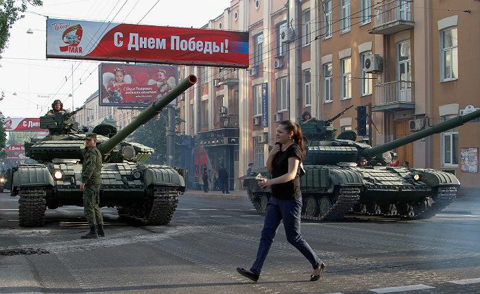 ВДНР иЛНР отмечают День Победы военным парадом