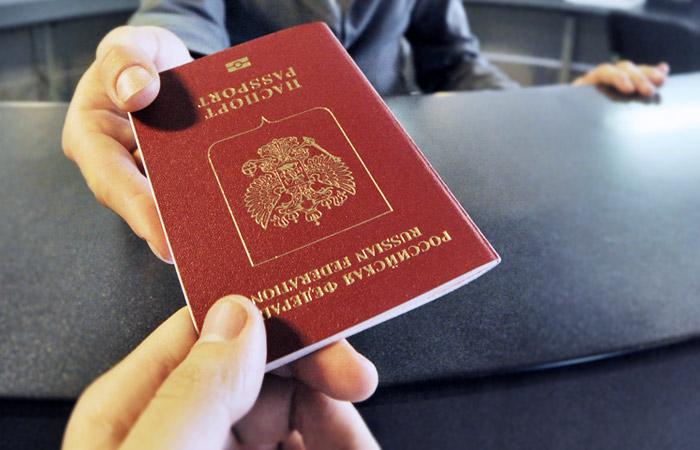 Песков заявил о невмешательстве Кремля в вопрос выдачи Навальному загранпаспорта