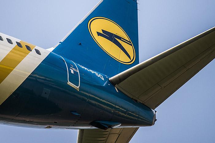 Самолет влип в незастывший бетон при посадке в аэропорту Запорожья