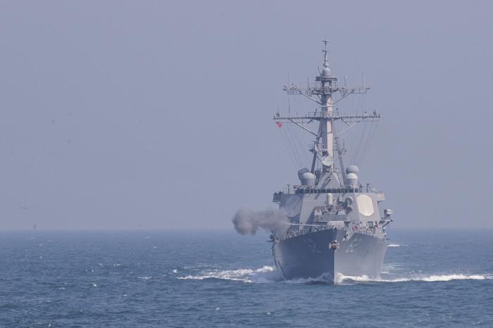 СМИ сообщили о пропавших моряках после столкновения эсминца США с торговым судном