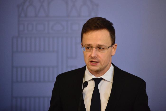 Глава МИД Венгрии обвинил Еврокомиссию в шантаже относительно вопроса мигрантов