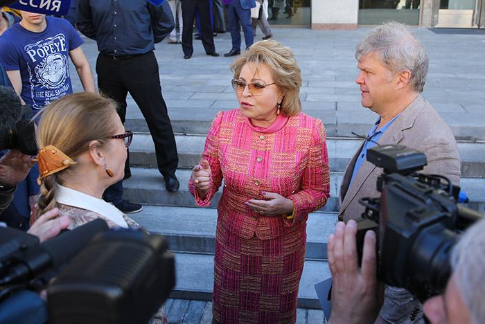 Матвиенко вышла к протестующим против реновации в Москве