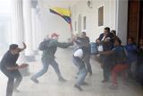 Сторонники президента Мадуро ворвались в парламент Венесуэлы