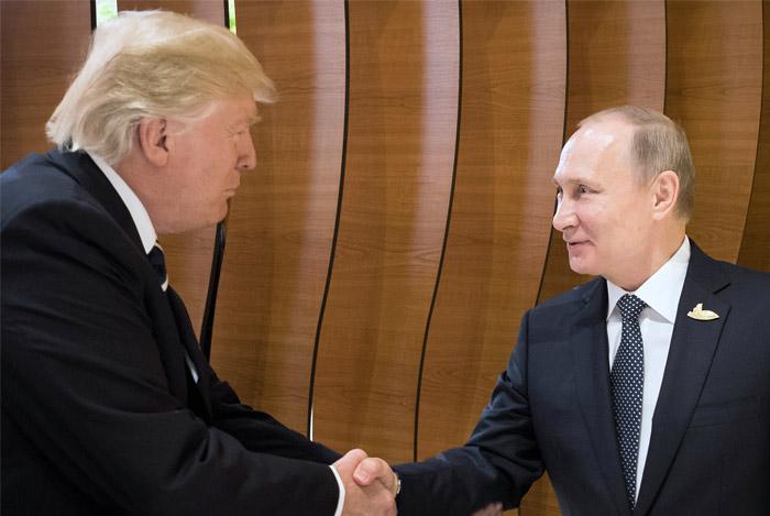 Путин и Трамп впервые встретились и пожали друг другу руки