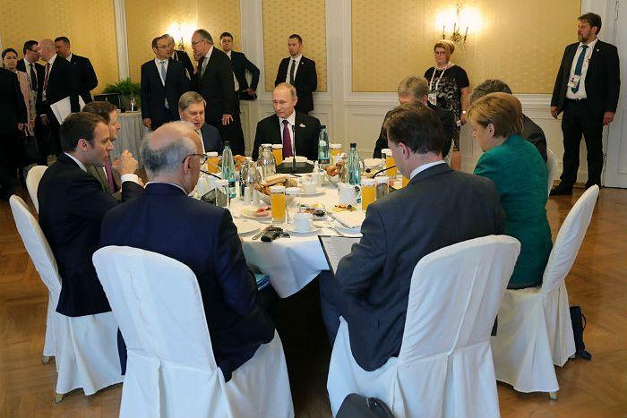 Песков подтвердил обсуждение Украины Путиным с Трампом и Макроном