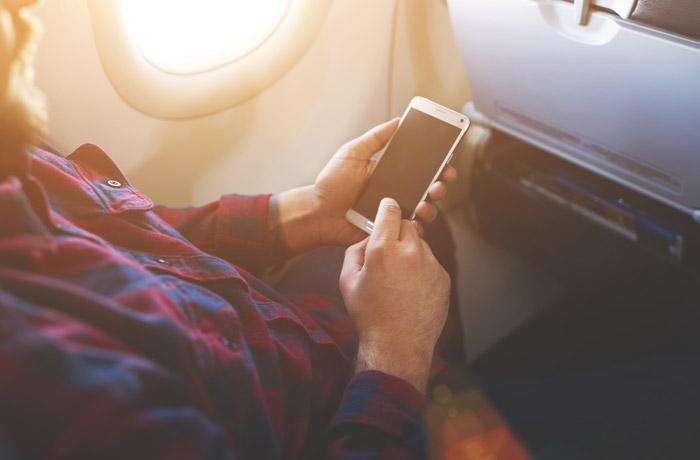 Минтранс предложил сделать платным провоз сотовых телефонов в самолете