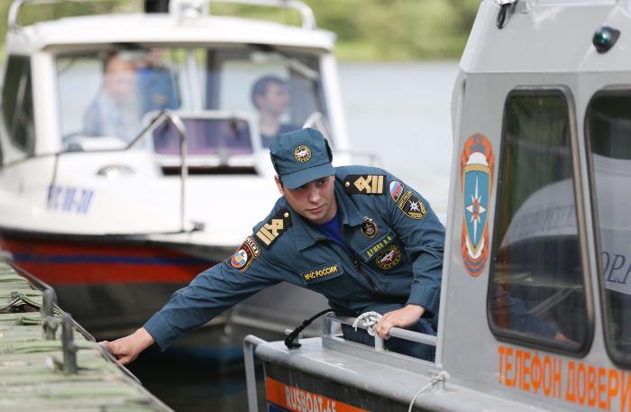 Лодка ссудебными приставами перевернулась нареке Лена