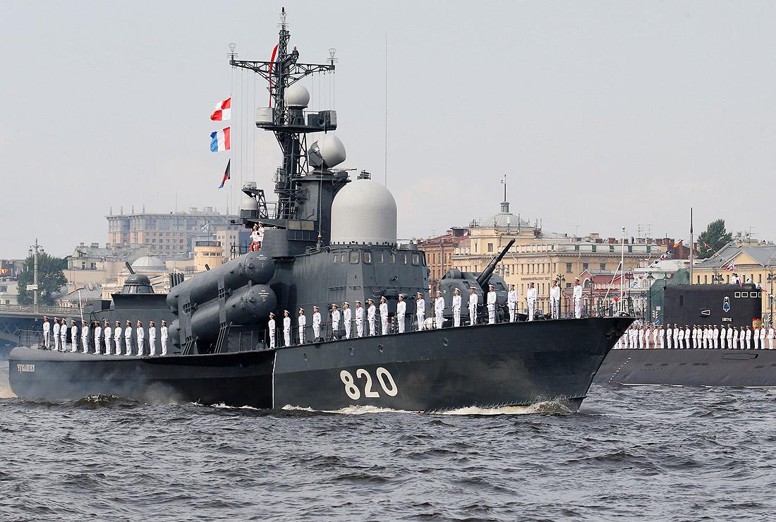"""Ракетный катер """"Чувашия"""" и подводная лодка """"Дмитров"""""""