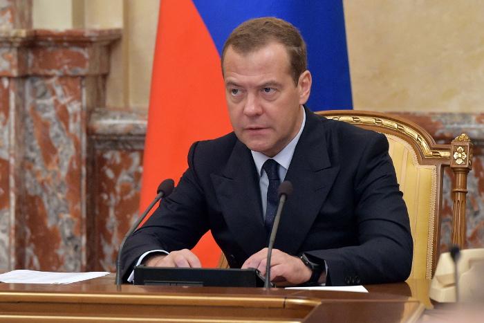 Медведев расценил подписание Трампом нового санкционного закона как торговую войну