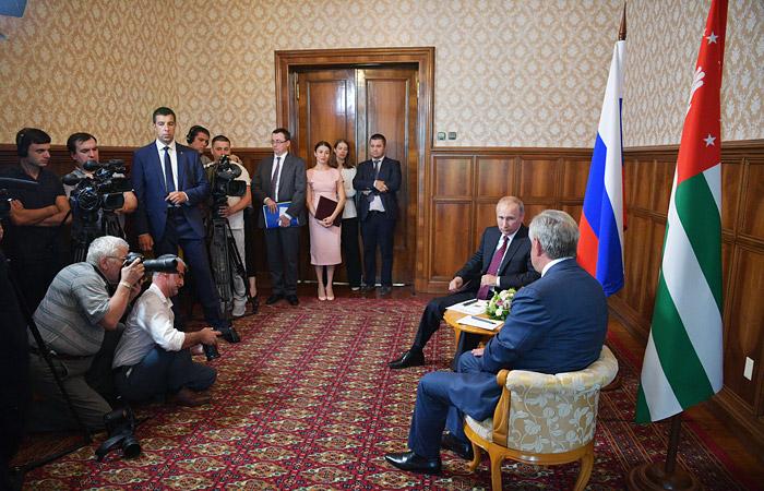 Грузия осудила визит Путина в Абхазию