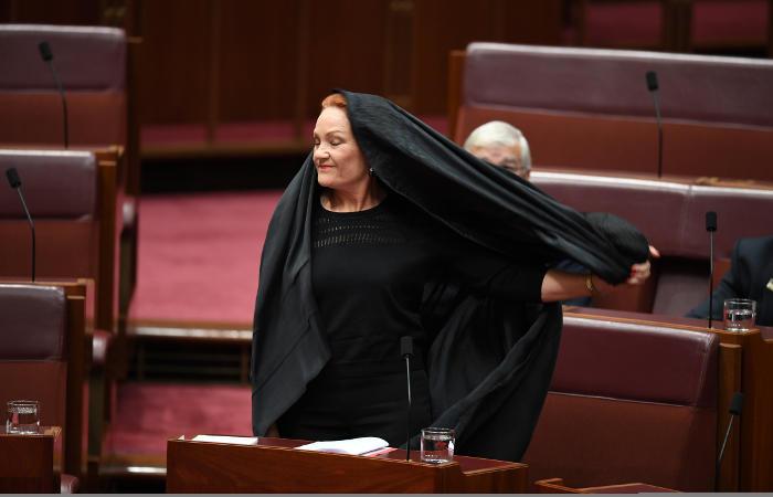 Австралийский сенатор пришла на совещание парламента впарандже