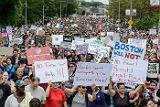 Тысячи человек вышли в Бостоне на акцию против митинга за свободу слова