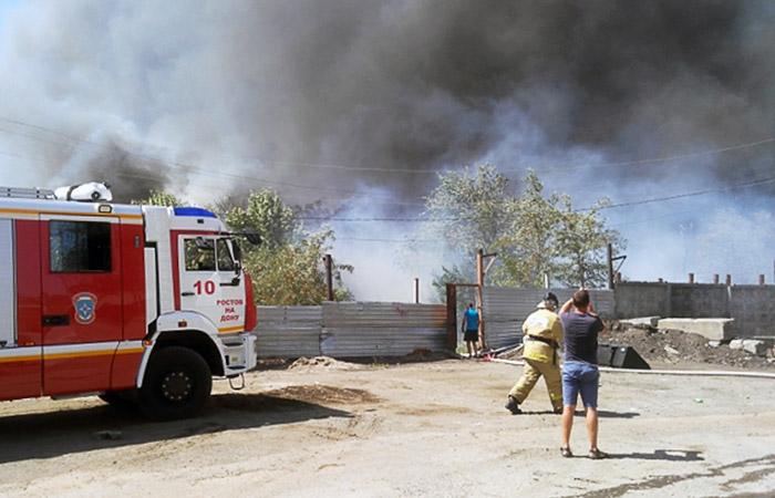 Для тушения огня привлекли вертолет ипожарный корабль— Пожар вРостове
