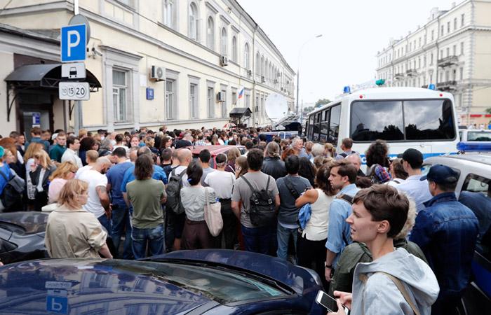 Сотни человек собрались у здания суда поддержать Кирилла Серебренникова