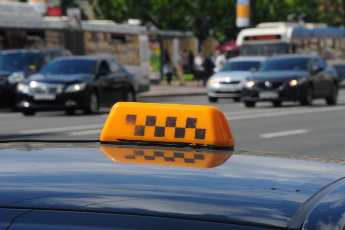 Полиция проверит инцидент с умывшим пассажиров зеленкой таксистом в Хабаровске
