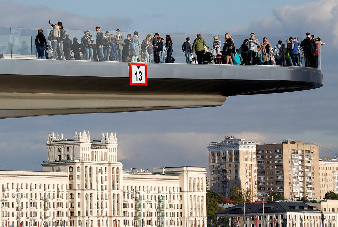 """""""Парящий мост"""" в парке """"Зарядье"""", который открылся в День города"""