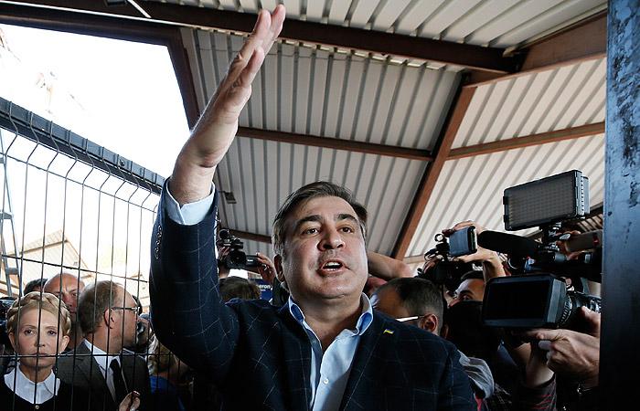 Автобус с Саакашвили на украинской границе встретил кордон силовиков