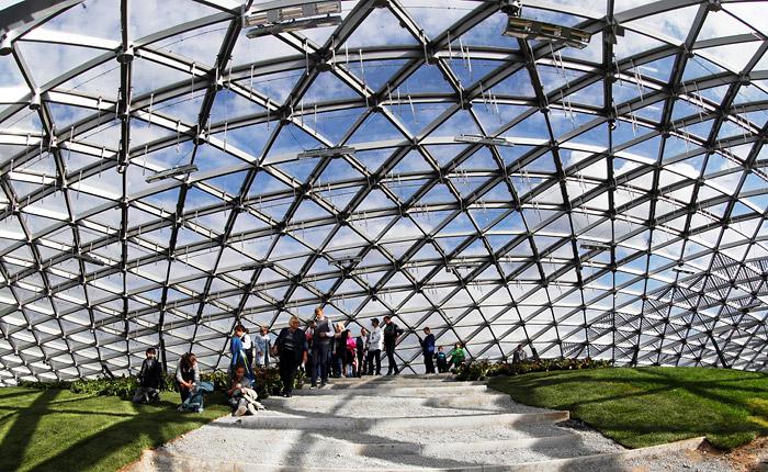 """Вандалы повредили стеклянный купол в только что открывшемся парке """"Зарядье"""""""