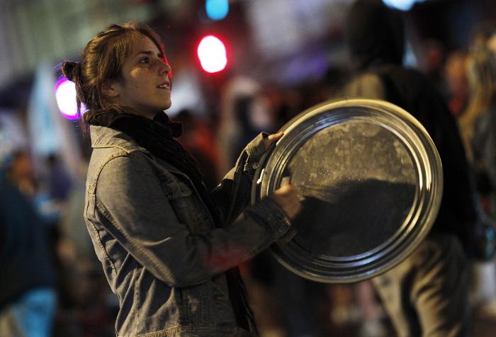 """Жители городов Каталонии устроили протестное """"кастрюльное шествие"""""""