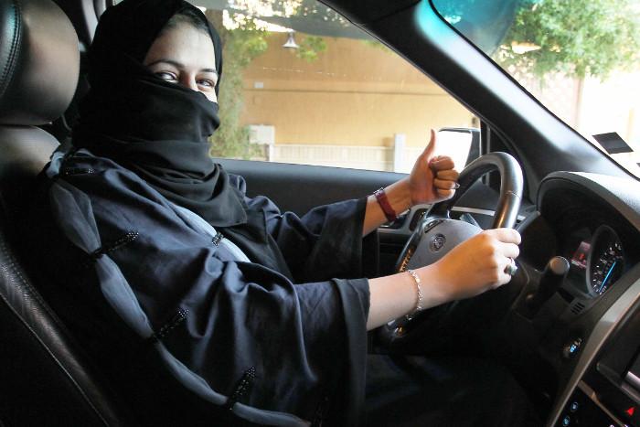 Саудовская милиция задержала мужчину, угрожавшего сжигать женщин-водителей