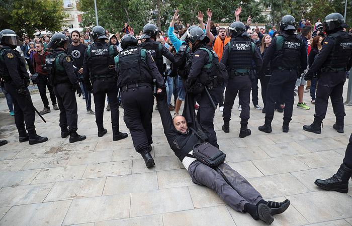 Полиция Испании заблокировала почти все избирательные участки в Каталонии