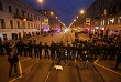 Полиция перекрыла улицу. Позже сообщалось, что из-за шествия оппозиции карета скорой помощи не смогла вовремя приехать на вызов к умирающей женщине