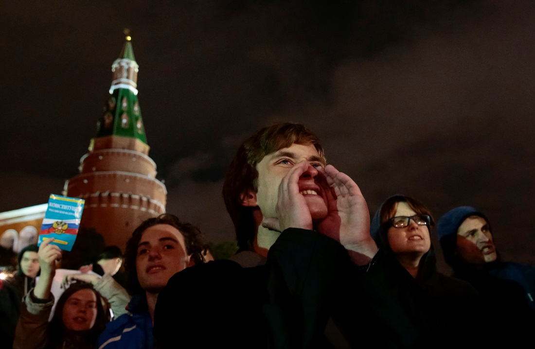 Несколько десятков демонстрантов оставались на Манежной площади до ночи. После полуночи их разогнала полиция