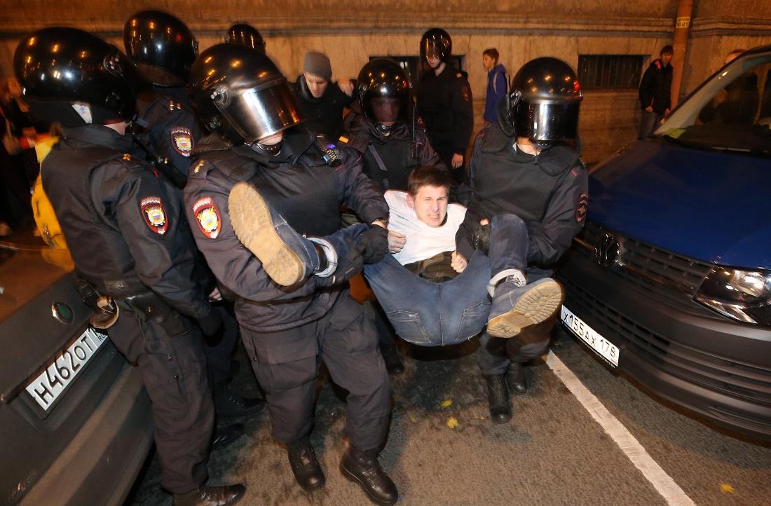 По неофициальным данным, в Петербурге задержали почти 70 человек. МВД заявило о 40, отметив, что их отпустили почти сразу, вынеся им устное предупреждение